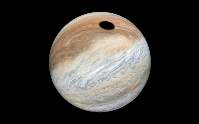 木星の不気味な「ブラックホール」はただの大きな影です