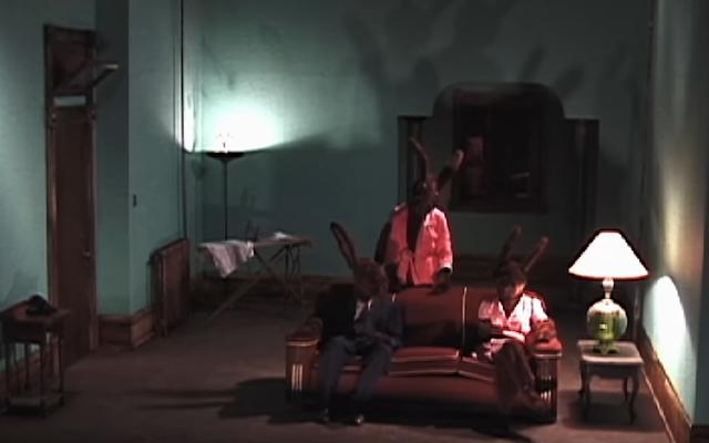 デイヴィッド・リンチの「陽気な」ウサギのホームコメディの最初のエピソードがYouTubeに飛び乗った