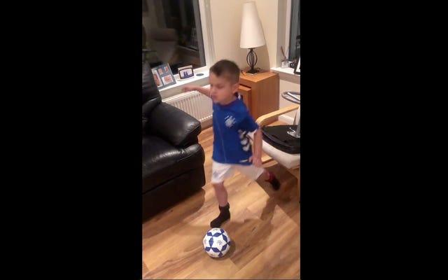 愛らしいサッカーの若者は、彼が知っている唯一の方法で歯の動揺を引き出します