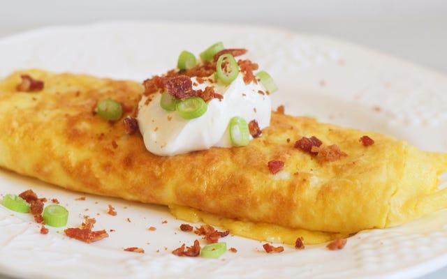 Agregue masa para panqueques a los huevos para hacer una tortilla superior