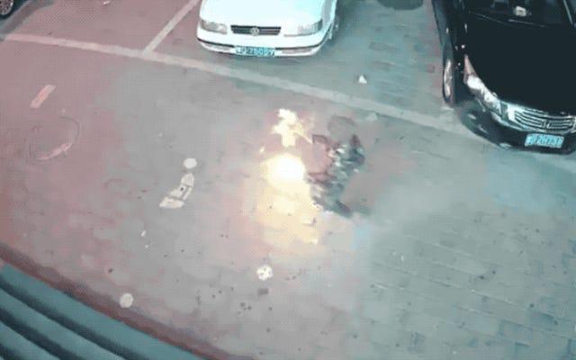 子供が下水道にスパークラーを導入します。爆発は歩道を爆破し、3台の車に損害を与えます