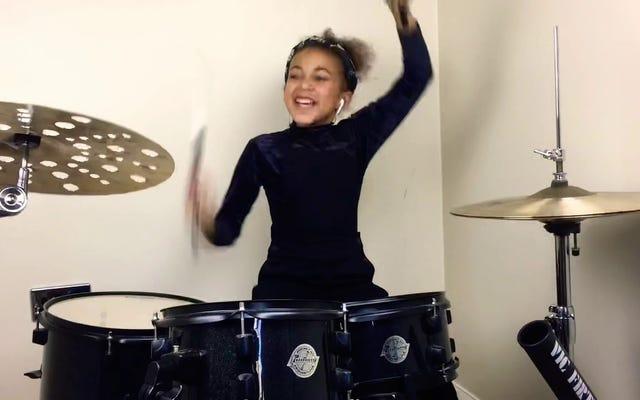 Bangunlah diri Anda dengan dosis master drum berusia 9 tahun ini yang bergoyang ke Nirvana