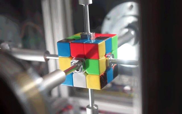 この機械が私の顎が落ちるよりも速くルービックキューブを解くのを見てください