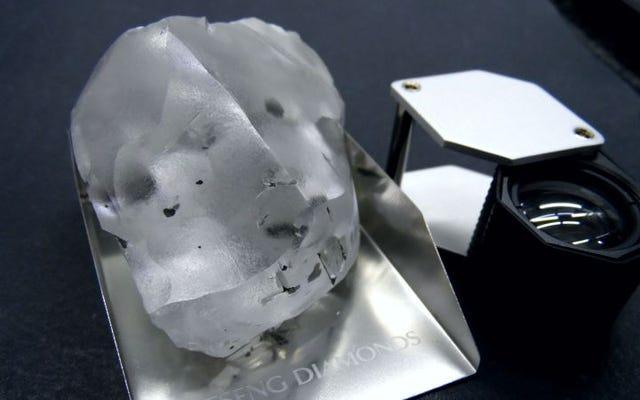 Viên kim cương khổng lồ nặng 910 carat được tìm thấy ở Lesotho, lớn thứ năm trên thế giới