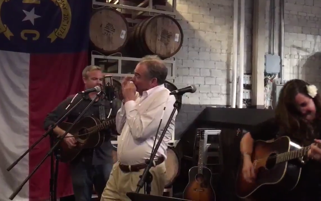 Bố của bạn Tim Kaine đã chơi Harmonica một cách điên cuồng cho 'Wagon Wheel' vào đêm qua