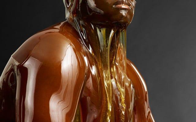 Photos étonnantes de personnes nues complètement couvertes de miel (NSFW)