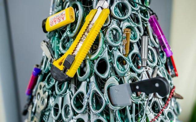 リトアニアの空港は、乗客から没収されたはさみ、ナイフ、ライターでクリスマスツリーを作ります
