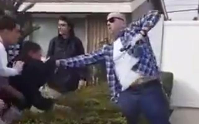 LAPD nennt dienstfreien Polizisten, der während des Kampfes mit Teenagern auf einem Video mit einer Waffe abgefeuert wurde