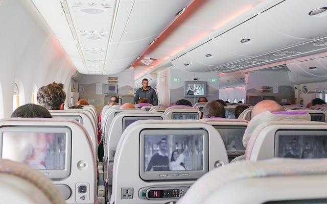 एक एयरलाइन उन सीटों को ट्वीट करने के बाद माफी मांगती है जहां लोगों की दुर्घटना में मरने की संभावना सबसे अधिक होती है