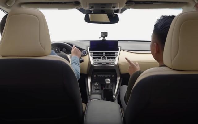 Le Lexus NX 4.6 est comme des lunettes de bière pour les conducteurs distraits