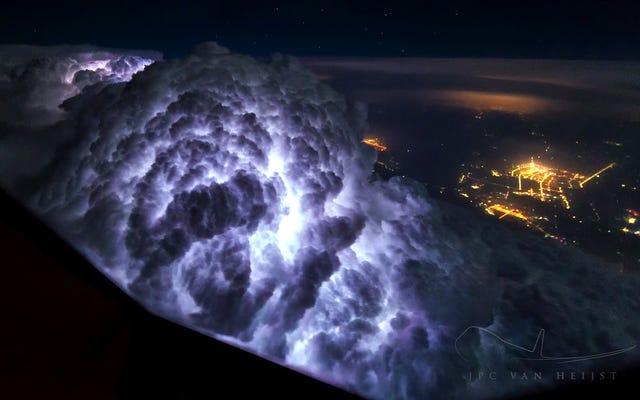 Sự xuất hiện kinh hoàng của một cơn bão nếu bạn bay qua nó