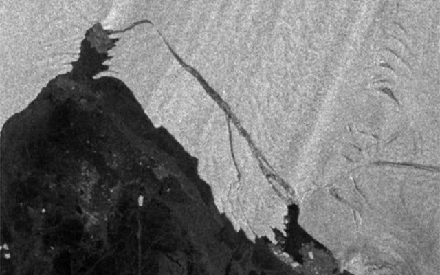 南極の巨大な氷山が急速に崩壊し、科学者の警戒を呼び起こしました