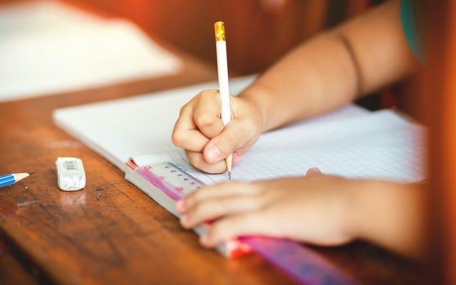 Il modo più semplice per insegnare a tuo figlio a tenere una matita
