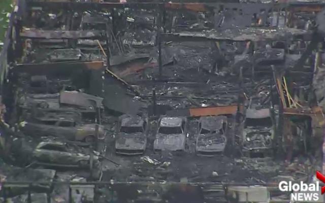何百万ドル相当のクラシックカーが、何が始まったのか誰にもわからない火事で破壊されました