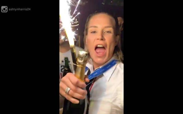 USWNTがワールドカップの勝利を祝ったときにアシュリンハリスが「ビッチ」と言ったたびにここにあります[更新]