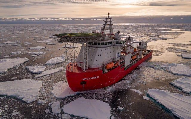 船が発火した後、南極遠征が中断