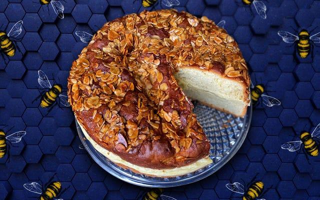 Bee Sting Cake est juste assez sucré pour le dessert, le petit-déjeuner et toutes les collations entre les deux