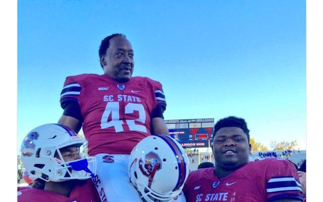 Un joueur de 55 ans devient le plus vieux joueur de football universitaire de tous les temps