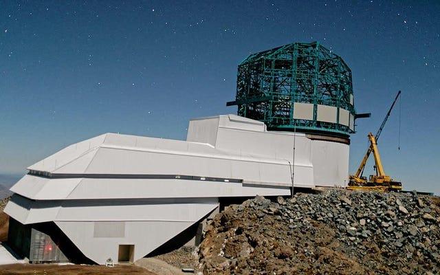 議会は、ノーベルに奪われた暗黒物質のパイオニアであるヴェラ・ルービンにちなんで、新しい望遠鏡施設の名前を変更しました