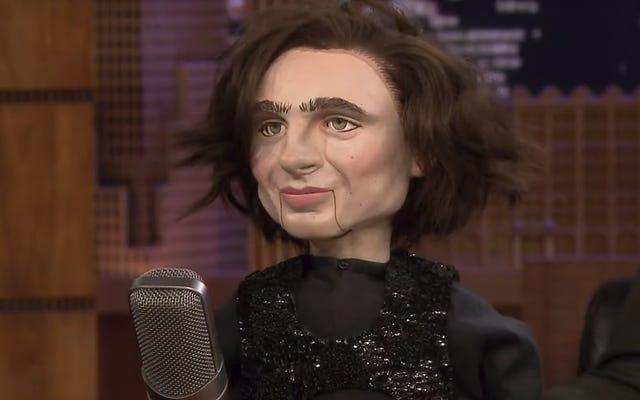 Jimmy Fallon ha comprato quella bambola infestata da Timothée Chalamet e la sta già mettendo al lavoro