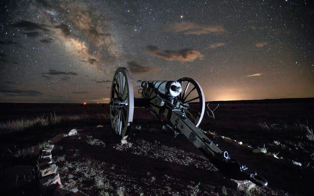 この輝かしい砂漠の夜のタイムラプスで3分間残酷な現実を逃れる