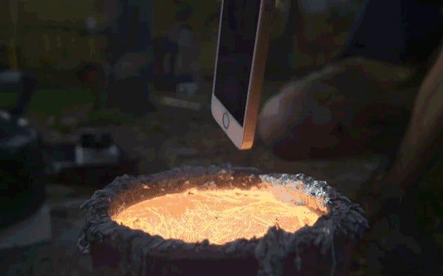溶けたアルミニウムにiPhoneを落とすのは紛れもなく美しい