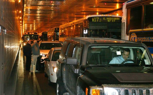 Водитель минивэна из Нью-Джерси остановил движение в час пик, чтобы заняться мастурбацией во время работы на PCP