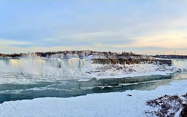 Embusan dingin telah membekukan sebagian Air Terjun Niagara, dan foto-fotonya terlihat seperti akhir dunia