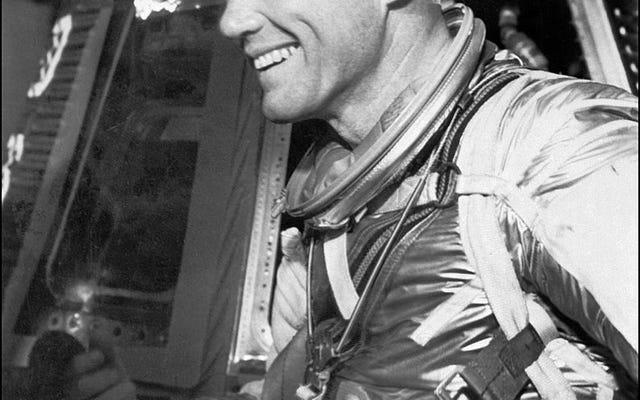 地球を周回する最初のアメリカ人男性と元米国上院議員ジョン・グレンが95歳で死去