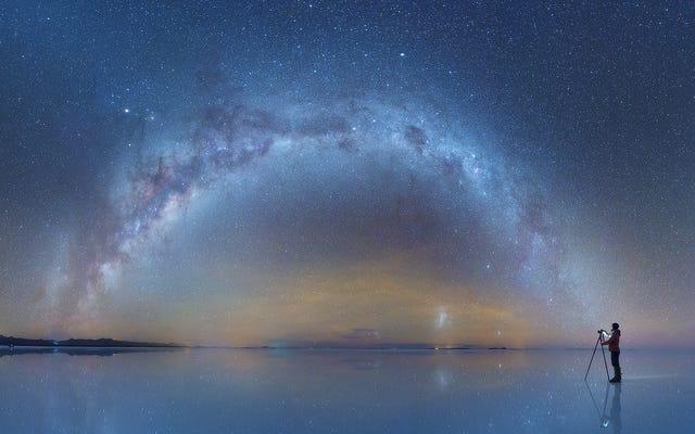 これらのボリビアのソルトフラッツの写真は、夜空を完全に反映しています