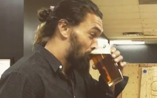 Comme nous tous, Khal Drogo est ici en train de boire de la bière et de lancer des tomahawks contre un mur