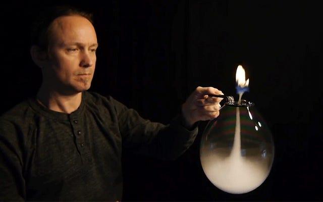 Mira a este tipo soplar un tornado de humo que arroja fuego al revés dentro de una burbuja