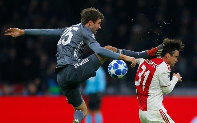 Thomas Müller es enviado por un oponente que patea kárate al revés como un verdadero maníaco