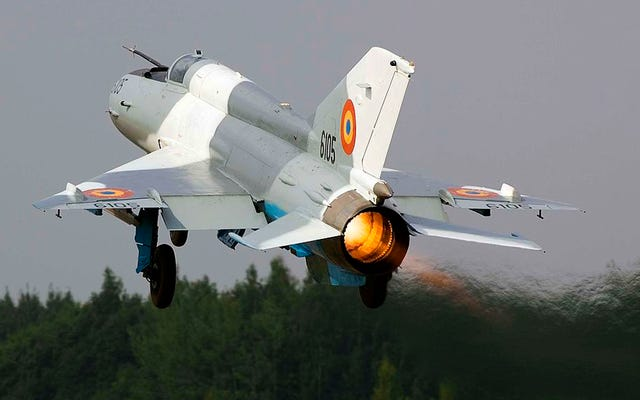 USAFE F-16は、ダキアのウォーホーク中にルーマニアのMiG-21ランサーで訓練します