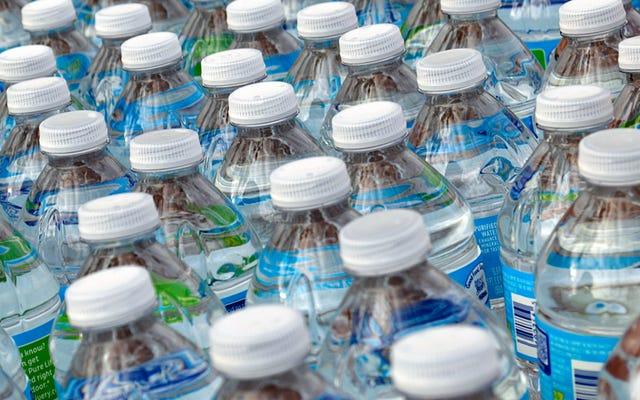 水が期限切れにならないのに、なぜウォーターボトルに有効期限があるのですか?