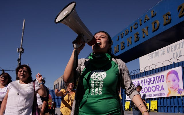 中絶未遂容疑でレイプが懲役20年に直面した後に妊娠したエルサルバドルの女性