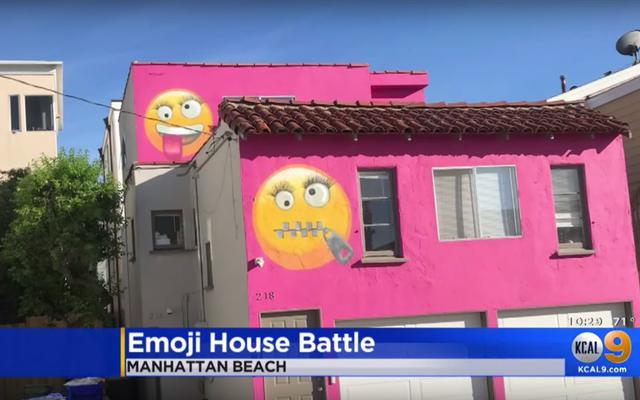女性は彼女の家に巨大な絵文字を描きます—そして隣人はそれが復讐だと言います