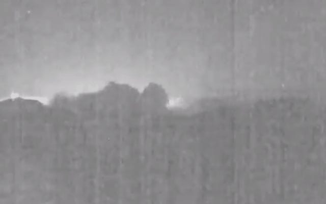 今年の最も金属的なビデオは、噴火する火山の後ろで急上昇するこの流星です