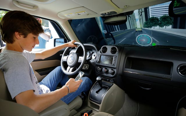 बीमा कंपनियाँ आपके फ़ोन को यह देखने के लिए देख रही हैं कि आप वाहन चलाते समय इसका कितना उपयोग करते हैं