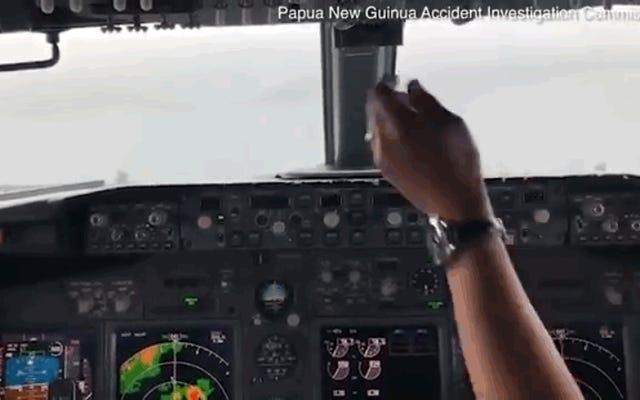 Video mengejutkan dari dalam kokpit sebuah Boeing 737 beberapa saat sebelum jatuh ke laut