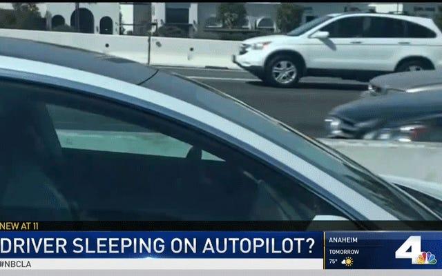 คนขับรถ Tesla เลียนแบบหน่วยงานกำกับดูแลโดยดูเหมือนว่าจะหลับไปพร้อมกับเปิดเครื่องอัตโนมัติ