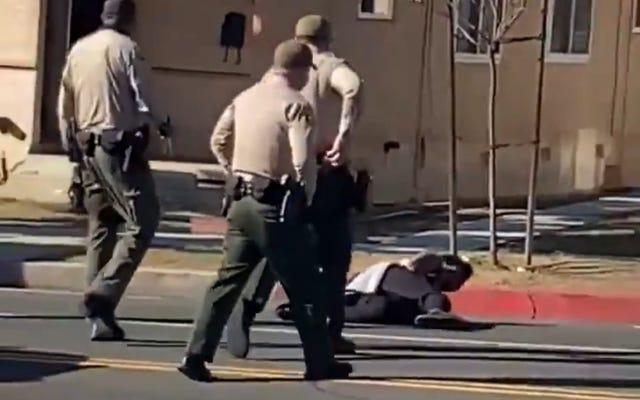 लॉस एंजिल्स काउंटी शेरिफ के उप-मामलों में ब्लैक मैन कौन साक्षी मदद के लिए नीचे के अधिकारियों को चिह्नित करता है