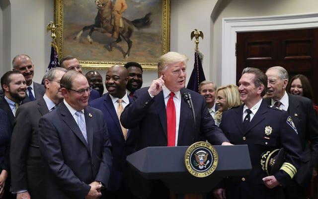 驚くべき動きで、大統領は実際に黒人を助ける大統領の何かをします[訂正]