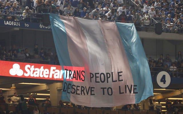 活動家はワールドシリーズの間に巨大な「トランスジェンダーの人々は生きるに値する」バナーを表示します
