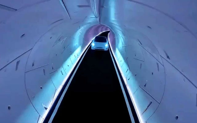 ラスベガスでのイーロン・マスクの「公共交通機関」は、トンネル内をゆっくりと車を運転している人間だけです