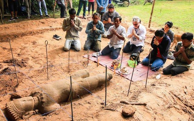 Wspaniały posąg z piaskowca odkryty w pobliżu legendarnej kambodżańskiej świątyni