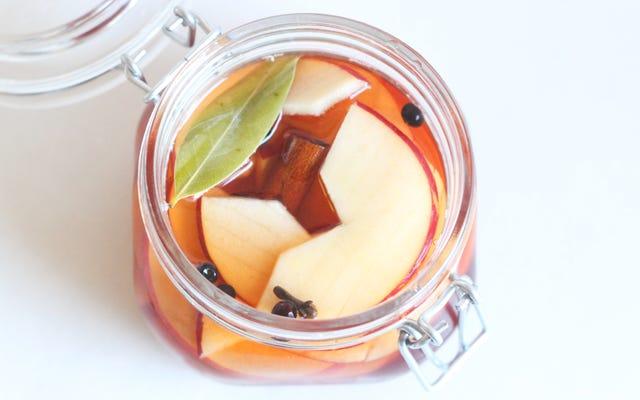 リンゴをピクルスにして、甘くてカリカリに仕上げます