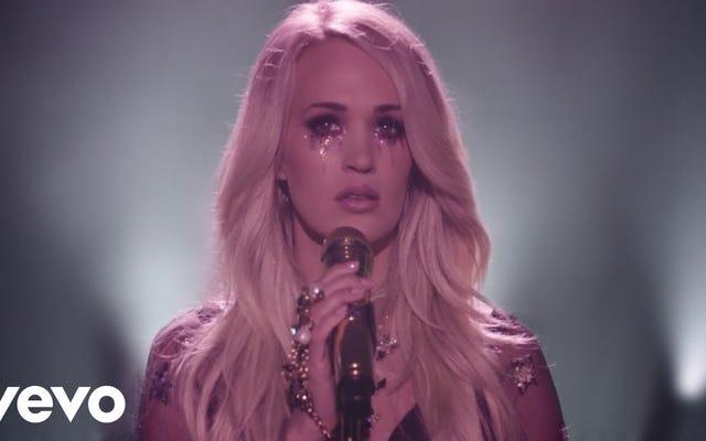 キャリーアンダーウッドの「CryPretty」ビデオは、たくさんの泣き声と彼女の完全に普通の顔を特徴としています