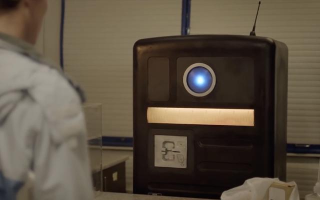 Akıllı Bilim Kurgu Kısa Sistem Hatasında Meraklı Bir Robot Kabuğundan Çıkıyor
