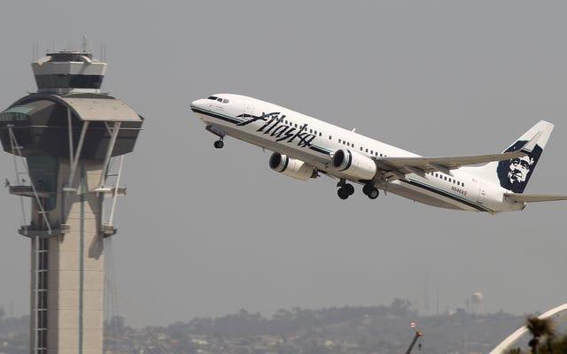 Quatre hospitalisés après que l'odeur `` douce et brûlante '' ait rempli le vol d'Alaska Airlines